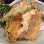 とれとれ海鮮 浜の大将 - 天ぷら盛り合わせ。揚げたてでサクサク♪       レモンと塩で。       めちゃくちゃ美味しい♪