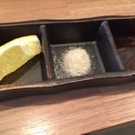とれとれ海鮮 浜の大将 - 天ぷらは揚げたてでサクサク♪       レモンと塩で。       めちゃくちゃ美味しい♪