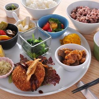 お野菜をたっぷり食べてほしい、おばんざいランチ1080円。