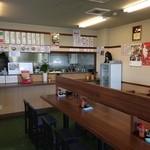 麺屋 まる - 清潔な店内。セルフサービスなので、カウンターで注文→代金支払い→商品受け取り。