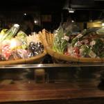 肴や だんじ - カウンター前に置かれた糸島野菜