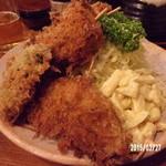 36298775 - 串カツ定食はピーマン・半切りの玉葱・大き目の串カツ2本・マカロニサラダ・コールスロー山盛