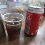 フリスコ - セットの飲み物はコーラーとジンジャーエールから選べました、缶のまま出てくる所がこれぞハンバーガースタンドって感じですね。