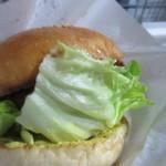 36301412 - ハンバーガーは大きなミートパティに厚切りトマトとオニオン、ピクルスといったこれぞ手焼きのハンバーガー、それでも炭火焼なんであっさりとして食べやすいハンバーガーです。