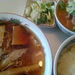 円城 - ラーメン定食(1000円) ラーメン、ライス、もつ煮、漬け物がつく
