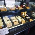 元祖播磨屋 - ショーケース 塩味饅頭と塩味最中のそれぞれの品揃え