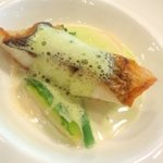 ヴェルデ辻甚 - 旬の鮮魚のソテーと春野菜の軽い煮込み プティポワのカプチーノ
