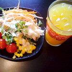 銀ぶた - ブュッフェのサラダとドリンク