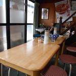 安田屋 - テーブル席のみの店内