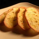ハイライフ - ■ガーリックトースト:フランスパンにガーリックバターを塗ってこんがり焼きました!!