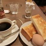 36330138 - <モーニング>トーストセット420円。コーヒはお代わり自由。他にホットドッグやサンドイッチのモーニングもある。