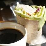 スターバックス・コーヒー - ドリップコーヒーS(280円)とサラダラップチキンシーザー(360円)