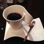 36333326 - 奇妙なデザインのコーヒーカップ