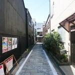 四間道右近 - 周りはこんな通りになっています。