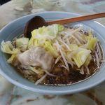 玉蘭 - スープ餃子 500円。ぷりぷりで大きめの餃子がラーメンスープの中に。上には茹でられたもやしとキャベツがのっています。