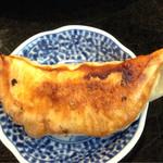 Edotoukyoukoiwasougyoushouwajuuichinengyouzanoshinisechuukaryourieiraku - 餃子大きめですが、取り皿が小さいです(笑)