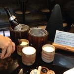 Edotoukyoukoiwasougyoushouwajuuichinengyouzanoshinisechuukaryourieiraku - 2015年3月  氷で作られたクーラーで冷えひビアは店主の拘り素焼きビアグラスで提供