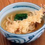 四國うどん - 大きめのエビの天ぷらうどん