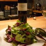 アルベロ - グリーンサラダと白ボトル