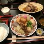 36366824 - おでん定食(松)1,728円。おでんと鯛の兜煮、赤出しが付いたランチメニューです。