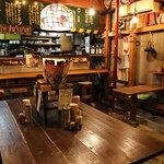 焼とんyaたゆたゆ - 1階は大きなテーブルが真ん中にどんっ、お一人のお客様はカウンターもございます。