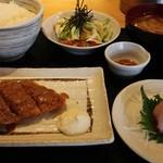 魚串 然 - サーモンフライと刺身ご膳 1100円。