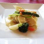 シャランドリラ - スズキのポアレ春野菜添え 白ワインのクリームソース