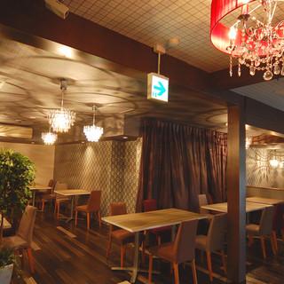 ゆったりくつろげる大人カフェ空間。大人数でもOK。