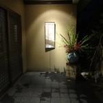 まるた海道 - 小路を進んでいくと、奥に玄関があります^_^