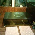 野崎肉店食事処 - 掘りこたつかテーブル席です。