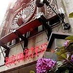 クンビラ - 幸運を象徴する孔雀の彫刻と国花のラリーグラス(石楠花)
