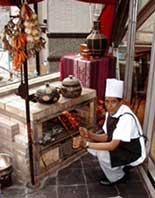 クンビラ - 5FのネパールキッチンにあるBBQ用釜戸。シェルパが目の前で腕を揮います。