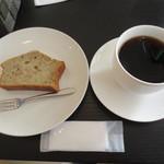 喫茶まつざわ - 料理写真:自分はボリビア・ティピカ種のコーヒー(300円)とバナナとクルミのパウンドケーキ(250円)を。
