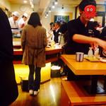 立飲み寿司 三浦三崎港 めぐみ水産 - カウンターには女性の1人も多い