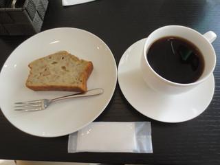 喫茶まつざわ - 自分はボリビア・ティピカ種のコーヒー(300円)とバナナとクルミのパウンドケーキ(250円)を。