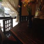 レストラン こつこつ亭 - 店内はカウンター7席にテーブル2席のみ