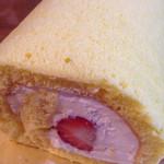 パティスリー・クルトワ - いちごの入ったロールケーキ