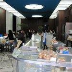 近江屋洋菓子店 神田店 - 奥に喫茶コーナーが設置された店内様子。