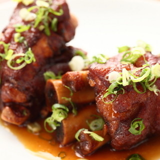 沖縄の定番から伝統の味まで多彩な料理に舌鼓♪
