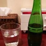 黄金の塩らぁ麺 ドゥエイタリアン - 瓶に入った水
