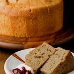 自家焙煎珈琲 森の響 - 森の響 新定番。コーヒーに合うシフォン・ケーキを開発。スパイス香るしっとりとしたコクのある味わいをどうぞ。