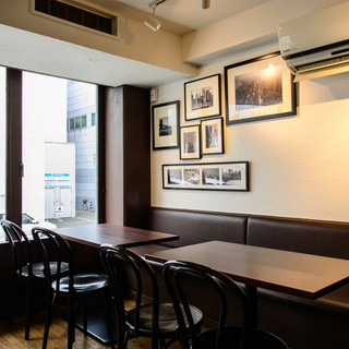 昼はカフェ、夜はパブ。外国の雰囲気を味わいながらの寛ぎ店内