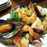 バル ビスカ - 魚介とゴロゴロ野菜サラダ