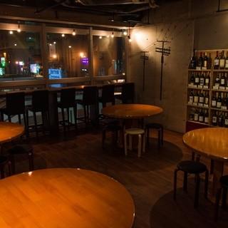 ワインの木箱が並ぶとってもおしゃれな雰囲気の店内