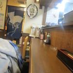 魚誠 - カウンター席からお店の奥方向