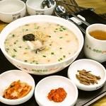 ボンジュク&ビビンバcafe - 海老、モンゴウイカ、ムール貝など各種シーフードを入れた栄養たっぷりのおかゆです。