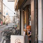 ハニーミツバチ珈琲 - 商店街から見てこの看板が目印!