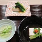 とき宗 - テーブルに座ると、まず供された3種の先付。鯛の真子の豆腐とタラの芽。うるいの酢の物。牛乳をおばいけのゼラチン質で固めたもの。
