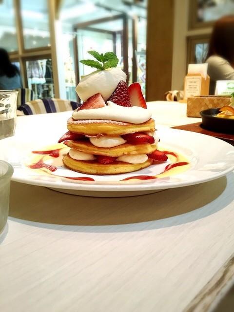 パンケーキ&スイーツ ブラザーズカフェ  梅田オーパ店 - たっぷり苺のパンケーキ。横から。