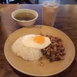 36483257 - ガパオ炒めご飯とワカメスープとチャイ
